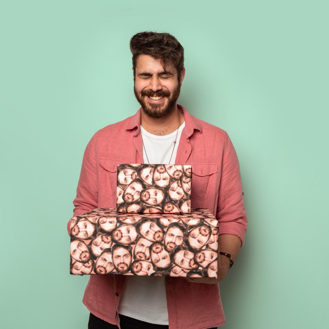 Kerstcadeau Man Inpakpapier met vele gezichten