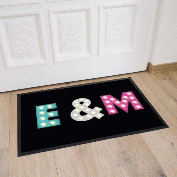 Personaliseerbare deurmat met gekleurde initialen