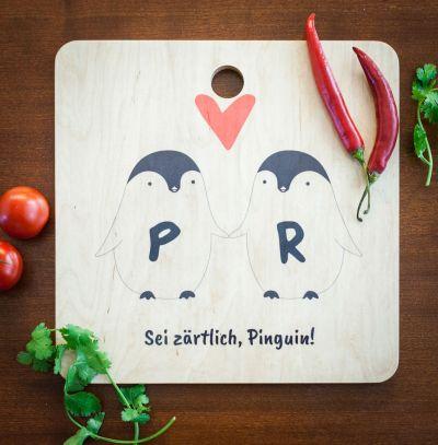 Exclusieve houten cadeaus - Personaliseerbare pinguïn paar snijplank