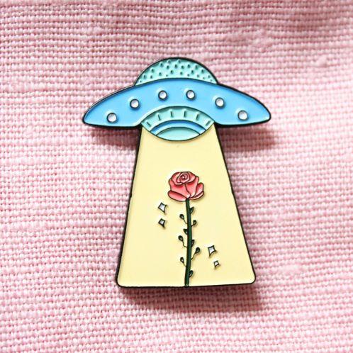 UFO met roos pin